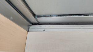 屋上に出入りするドアサッシ枠からの雨漏り。